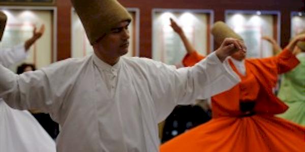 Церемония Кружащихся дервишей в настоящем суфийском монастыре Стамбула.